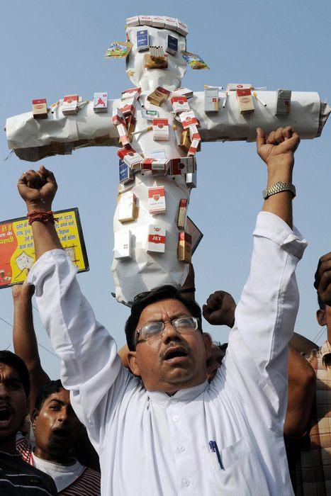 Член индийской анти-наркотической ассоциации символизирует борьбу с курением во время акции протеста в Амритсаре 31 мая 2009 года – Всемирный день без табака. Фото: NARINDER NANU/AFP/Getty Images