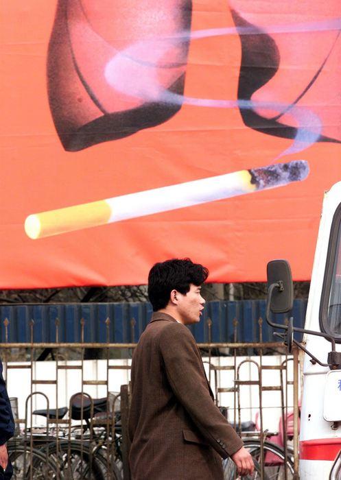 Антитабачный плакат в Пекине 29 марта 1999 года. Китай является крупнейшим в мире производителем и потребителем табачных изделий. Более 300 миллионов курильщиков предаются вредной зависимости. Фото: GOH CHAI HIN/AFP/Getty Images