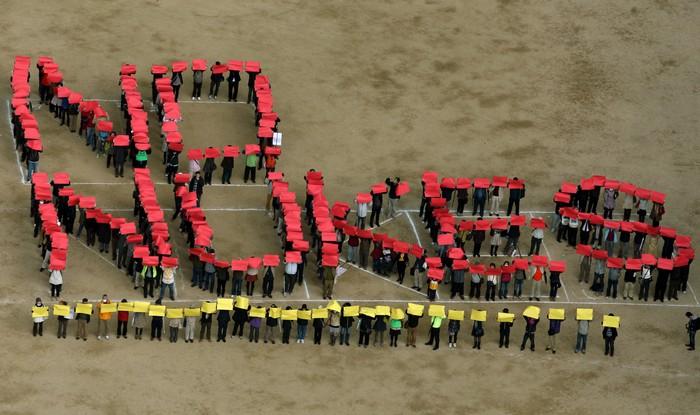 В японском городе Кобе люди протестуют против дальнейшего использования атомной энергетики 10 марта 2013 г. Фото: Buddhika Weerasinghe/Getty Images