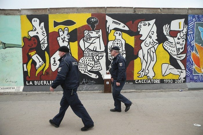 Частичный снос East Side Gallery в Берлине приостановлен из-за протестов художников и гражданских инициатив 1 марта 2013 г. Фото: Sean Gallup/Getty Images