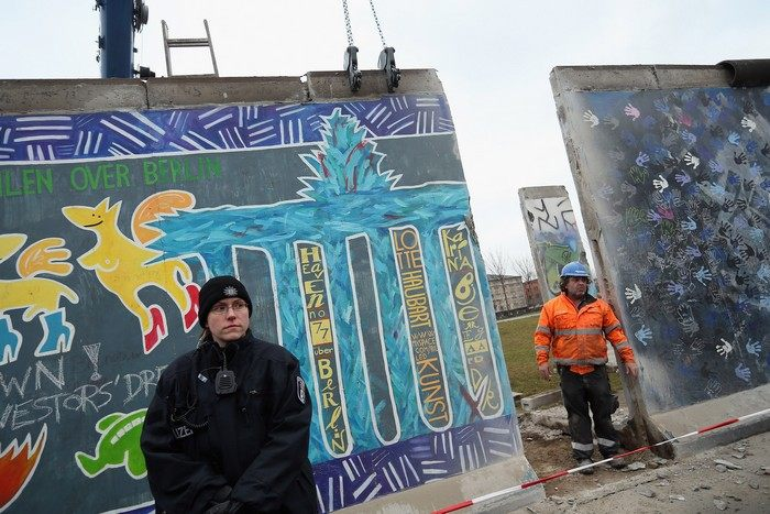 Частичный снос East Side Gallery в Берлине приостановлен из-за протестов художников и гражданских инициатив 1 марта 2013 г. Фото: Sean Gallup/Getty Images
