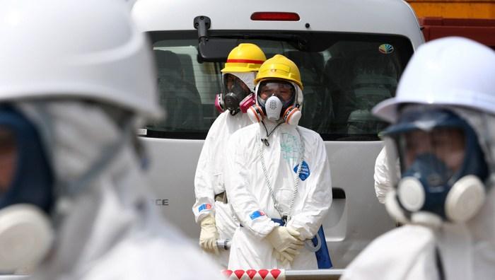 Сотрудники Tepco возле 4-го реактора АЭС Фукусима. Фото:  TOMOHIRO OHSUMI/AFP/GettyImages