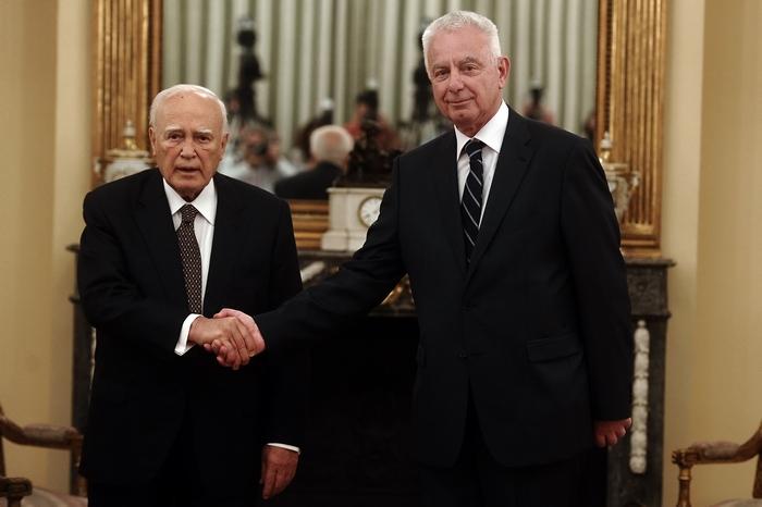 Президент Греции Каролос Папульяс (слева) и премьер-министр Панайотис Пикраменос в Афинах 16 мая. Фото: ARIS MESSINIS/AFP/GettyImages