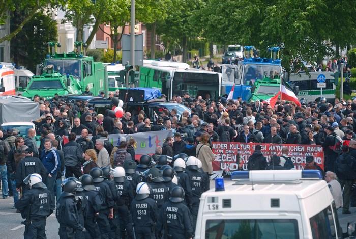 Марш неонацистов в Гамбурге вызвал серьёзные столкновения с их противниками. Фото: Thomas Starke/Getty Images