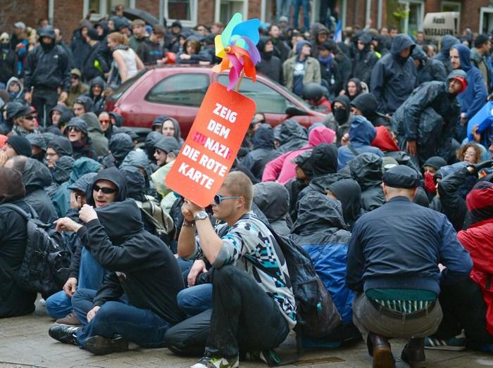 Сидячая блокада марша неонацистов. Фото: Thomas Starke/Getty Images