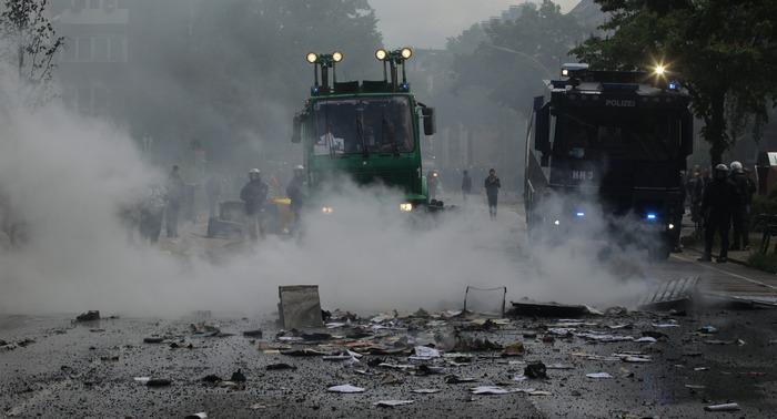 Марш неонацистов в Гамбурге вызвал серьёзные столкновения с их противниками . Фото: Thomas Starke/Getty Images