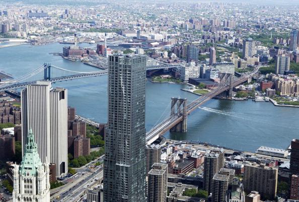 Вид  Бруклинского и Манхэттенского мостов с одного из верхних этажей строящегося небоскрёба «Башня Свободы» в Нью-Йорке. Фоторепортаж. Фото: Mario Tama/Getty Images
