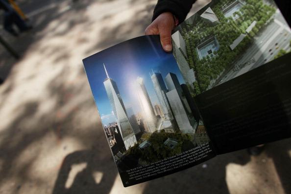 Уличный торговец показывает компьютерное изображение завершённого строительства Башни Свободы в Нью-Йорке. Фоторепортаж. Фото: Mario Tama/Getty Images