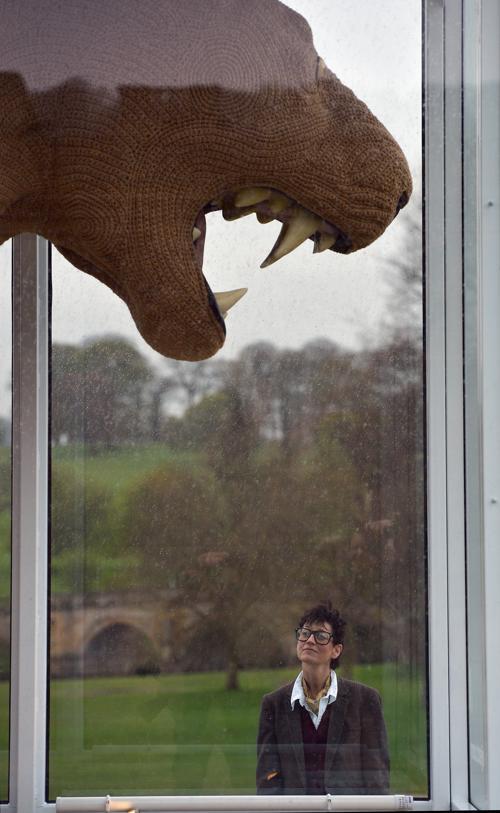 Художница Шауна Ричардсон (Shauna Richardson) стоит рядом со своей последней работой – гигантской вязаной скульптурой из трёх львов в Чатсуорте (Chatsworth), Англия. Фоторепортаж. Фото:  Christopher Furlong / Getty Images