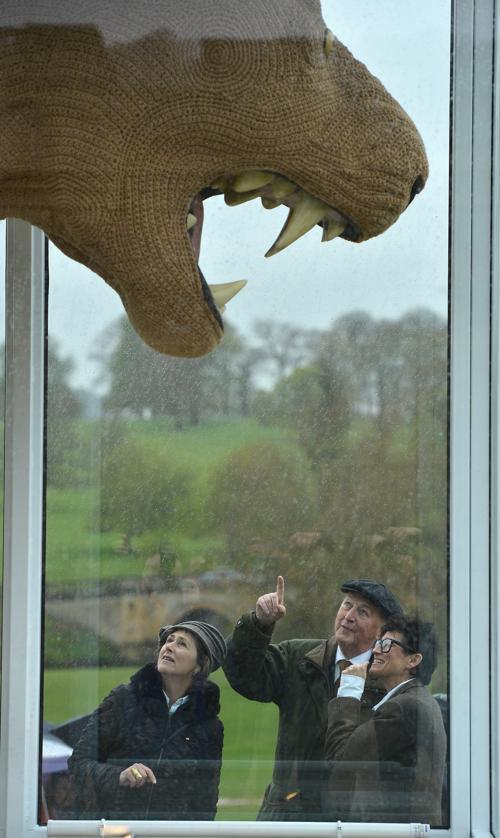 Художница Шауна Ричардсон (Shauna Richardson) и герцог с герцогиней Девоншир обсуждают гигантскую вязаную скульптурой из трёх львов в Чатсуорте (Chatsworth), Англия. Фоторепортаж. Фото:  Christopher Furlong / Getty Images