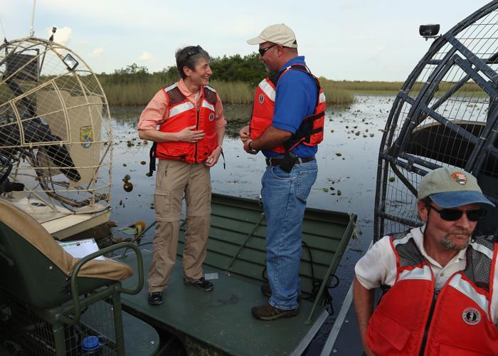 Министр США Салли Джевел посетила заповедник дикой природы во Флориде. Фото: Joe Raedle/Getty Images