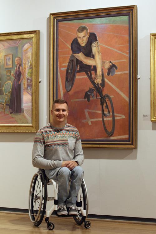 Дэвид Уир, паралимпийский  чемпион, рядом со своим портретом на открытии выставки Королевского общества портретистов в Лондоне. Фоторепортаж. Фото: Dan Kitwood / Getty Images