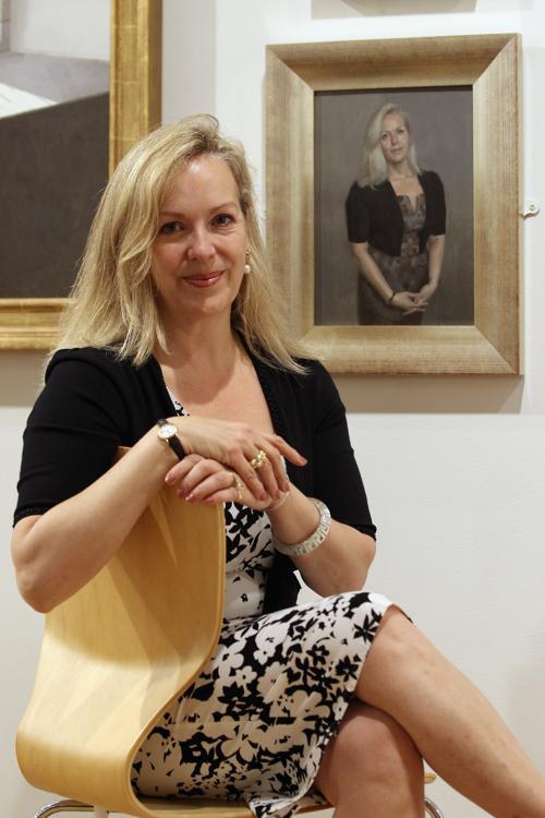 Писатель Изабель Вульф рядом со своим портретом на открытии выставки Королевского общества портретистов в Лондоне. Фоторепортаж. Фото: Dan Kitwood / Getty Images