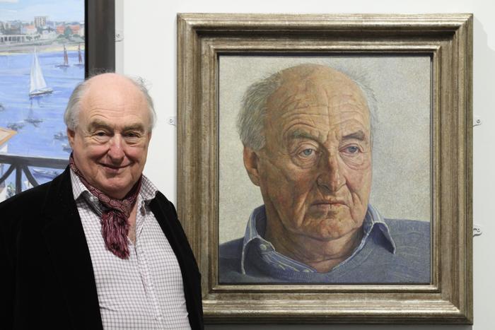 Генри Блофелд, известный спортивный комментатор, рядом со своим портретом на открытии выставки Королевского общества портретистов в Лондоне. Фоторепортаж. Фото: Dan Kitwood / Getty Images