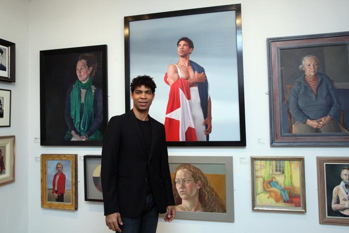 Карлос Акоста, известный артист балета, рядом со своим портретом на открытии выставки Королевского общества портретистов в Лондоне. Фоторепортаж. Фото: Dan Kitwood / Getty Images