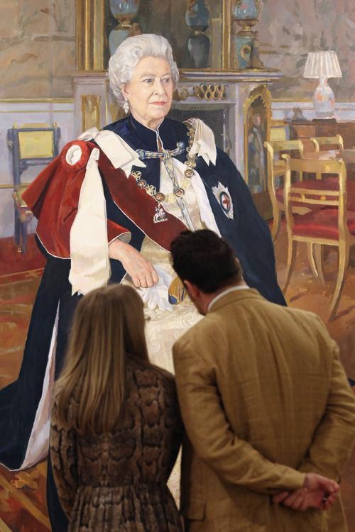 Посетители рассматривают картину Елизаветы II на открытии выставки Королевского общества портретистов в Лондоне. Фоторепортаж. Фото: Dan Kitwood / Getty Images