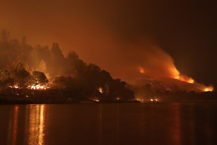 Пожар на озере Хьюз 2 июня 2013 года. Фото: David McNew/Getty Images