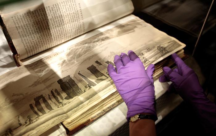 Документ 1685 г., изображающий строение Стоунхендж. Фоторепортаж. Фото: Rosie Hallam/Getty Images