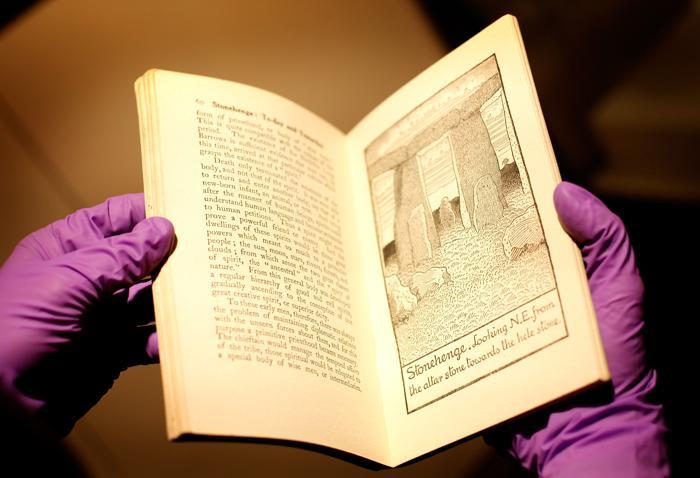 Книга «Стоунхендж» на выставке «Стоунхендж – монументальное путешествие» в Англии. Фоторепортаж. Фото: Rosie Hallam/Getty Images