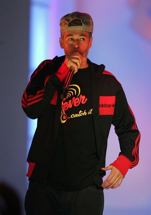 Адам Яук выступает на VH1 Hip-Hop 3 октября 2004 в Нью-Йорке. Фоторепортаж. Фото: Scott Gries / Getty Images