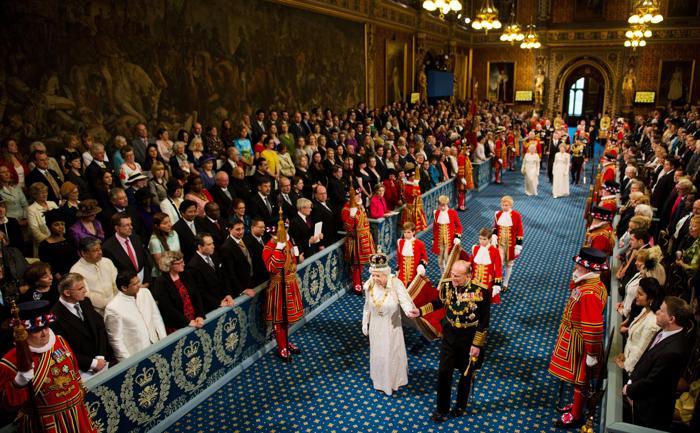 Королева Елизавета II и принц Филипп проходят через Королевскую галерею в Вестминстерском дворце во время открытия сессии парламента. Фоторепортаж. Фото:  Leon Neal - WPA Pool/Getty Images