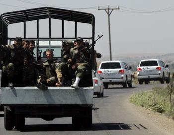 Сирийские солдаты сопровождают наблюдателей ООН в Сирии. Фото: LOUAI BESHARA/AFP/GettyImages