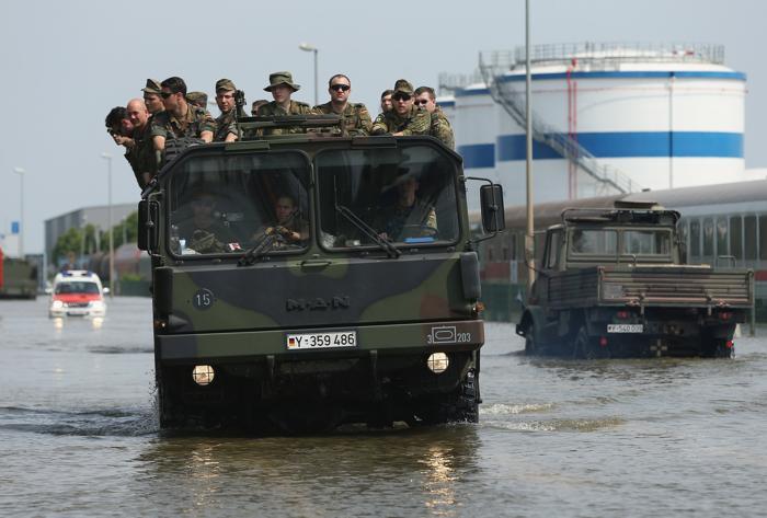 Жители района Магдебурга и спасатели укрепляли дамбу 9 июня, но стихия оказалась сильнее. Фото: Sean Gallup/Getty Images