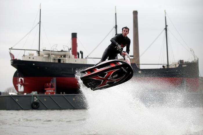 Чемпион вольного стиля, 17-летний аквабайкер Джек Моул выступил на яхт-шоу London Boat Show в Лондоне, 12 января 2013 года. Фото: Matthew Lloyd / Getty Images