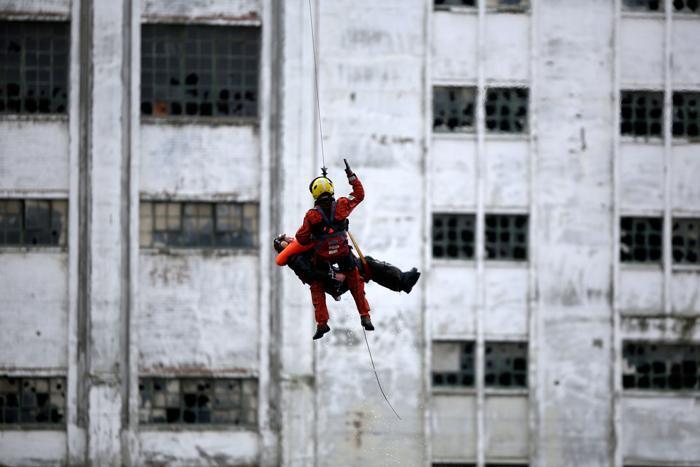 Имитация спасения из воды человека экипажем вертолёта на яхт-шоу London Boat Show в Лондоне, 12 января 2013 года. Фото: Matthew Lloyd / Getty Images