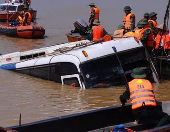 Автобус упал в реку, Вьетнам. Фото: HOANG DINH NAM/AFP/Getty Images
