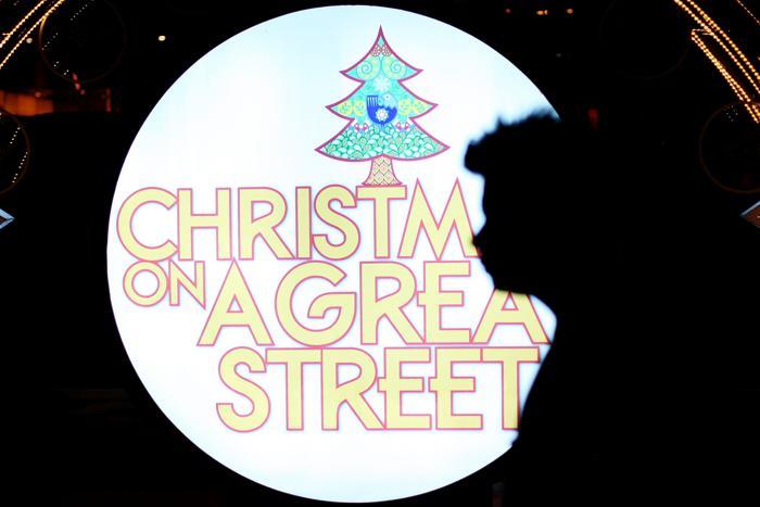 Человек проходит мимо установки «Рождественский свет» на Орчард Роад. Фото: Chris McGrath / Getty Images