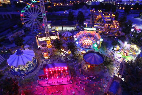 Модель парка развлечений Берлина с вращением аттракционов и мигающими огнями в LOXX am ALEX. Фоторепортаж. Фото: Sean Gallup / Getty Images