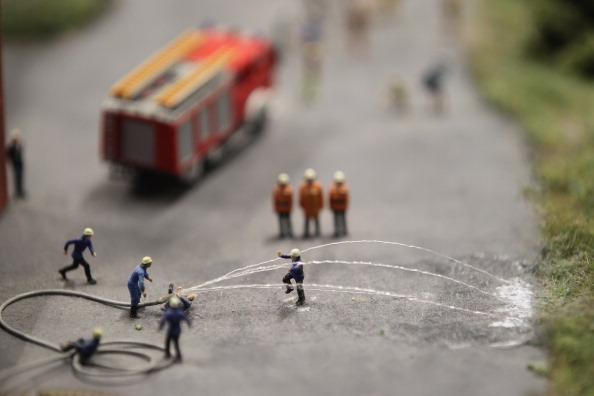 Миниатюрные фигуры пожарных на буровой в Берлине на модели LOXX am ALEX. Фоторепортаж. Фото: Sean Gallup / Getty Images