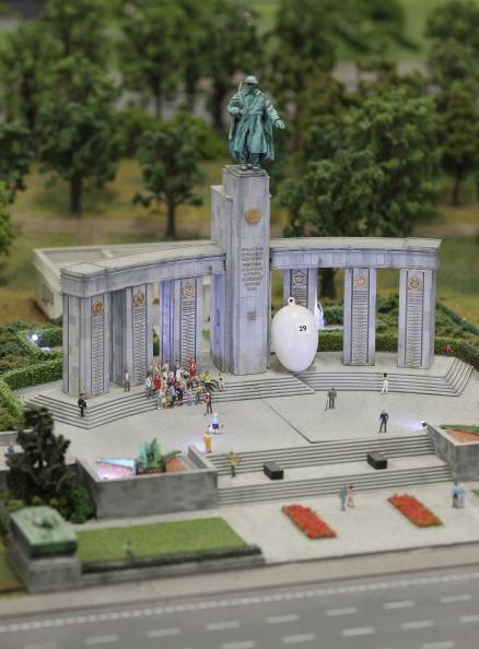 Миниатюрная версия советского военного мемориала в парке Тиргартен Берлина на модели LOXX am ALEX. Фоторепортаж. Фото: Sean Gallup / Getty Images