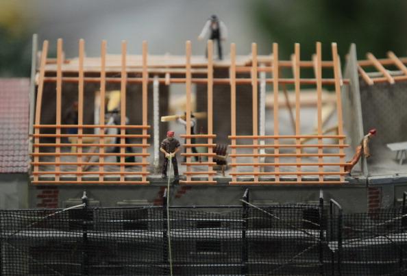 Миниатюрные фигурки строителей, восстанавливающих крышу жилого дома в Берлине на модели LOXX am ALEX. Фоторепортаж. Фото: Sean Gallup / Getty Images