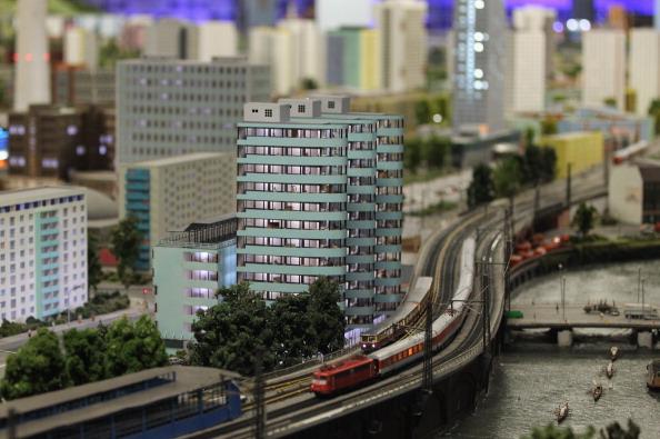 Модель поезда, проезжающего мимо многоквартирных домов и реки Шпрее в восточной части Берлина в LOXX am ALEX. Фоторепортаж. Фото: Sean Gallup / Getty Images