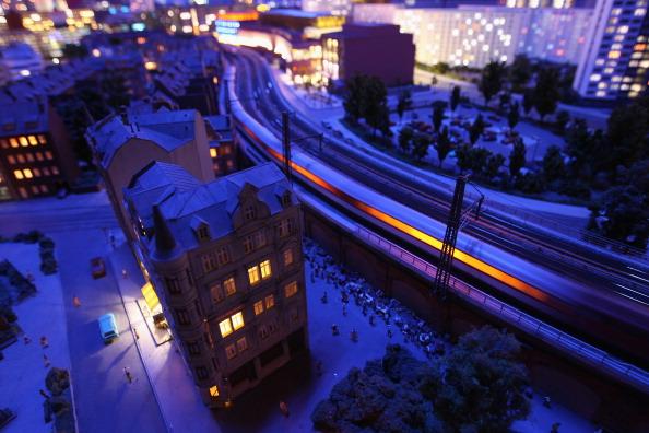 Поезд свистит мимо миниатюрных домов в ночи на модели Берлина LOXX am ALEX. Фоторепортаж. Фото: Sean Gallup / Getty Images