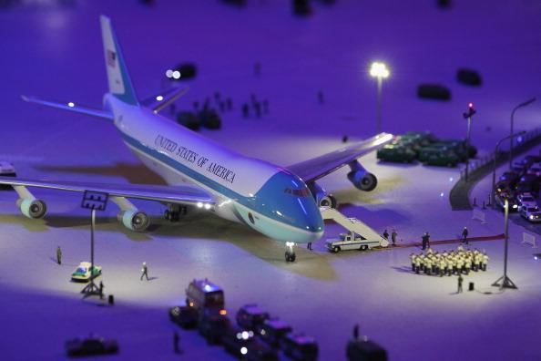 Модель самолёта Air Force One с красной ковровой дорожкой и оркестром в аэропорту Берлина в LOXX am ALEX. Фоторепортаж. Фото: Sean Gallup / Getty Images