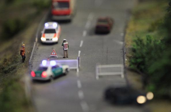 Статуэтки полиции, останавливающей движение из-за автомобильной аварии в Берлине на модели LOXX am ALEX. Фоторепортаж. Фото: Sean Gallup / Getty Images