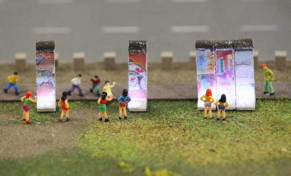 Миниатюрные фигуры стоят перед частью Берлинской стены на модели LOXX am ALEX. Фоторепортаж. Фото: Sean Gallup / Getty Images