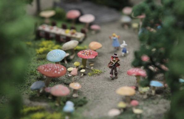 Миниатюрная версия Безумного шляпника среди кроликов и галлюциногенных грибов из фильма «Алиса в стране чудес» на модели LOXX am ALEX в Берлине. Фоторепортаж. Фото: Sean Gallup / Getty Images