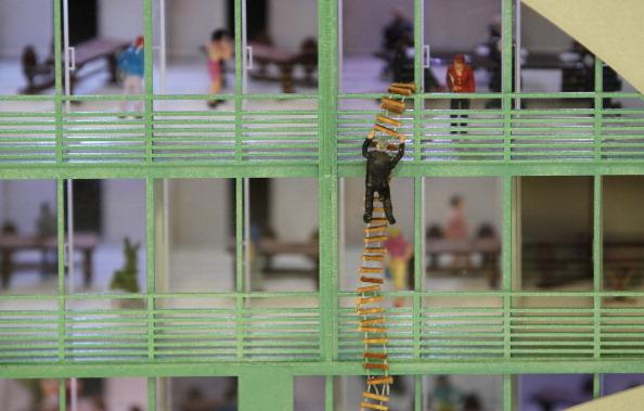 Миниатюрная фигурка спускается вниз по верёвочной лестнице на модели LOXX am ALEX в Берлине. Фоторепортаж. Фото: Sean Gallup / Getty Images