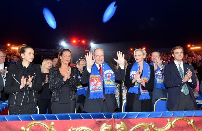 (L-R)Полин Дюкрье, принцесса Стефания, принц Альберт II, принцесса Шарлин и Пьер Казираги на международном фестивале цирка в Монте-Карло, 22 января 2013 года. Фото: Pool/Monaco Centre de Presse via Getty Images