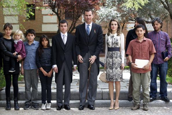 Принц Филипе и принцесса Летиция с родственниками Никанора Парра в день вручения премии Сервантеса в городе Алкала де Энарес. Фоторепортаж. Фото: Carlos Alvares / Getty Images