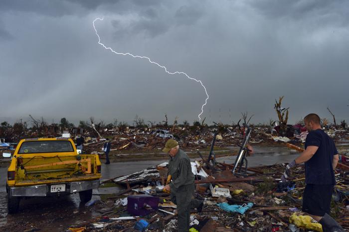 В штате Оклахома проводят восстановительные работы после Торнадо. Фото: JEWEL SAMAD/AFP/Getty Images