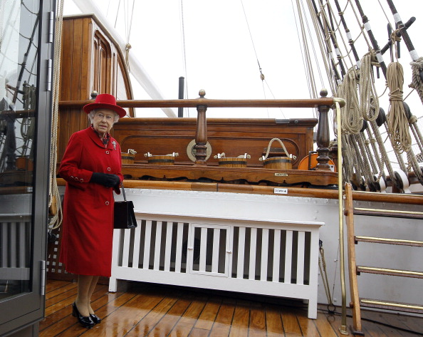 Елизавета II ходит по палубе корабля «Катти Сарк». Фоторепортаж. Фото: Jamie Wiseman/WPA Pool/Getty Images