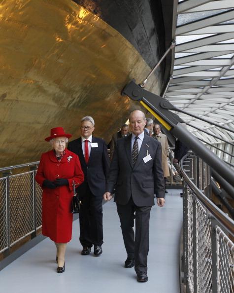Елизавета II ходит около корабля с Ричардом Доти, директором «Катти Сарк», и лордом Стерлингом. Фоторепортаж. Фото: Jamie Wiseman/WPA Pool/Getty Images