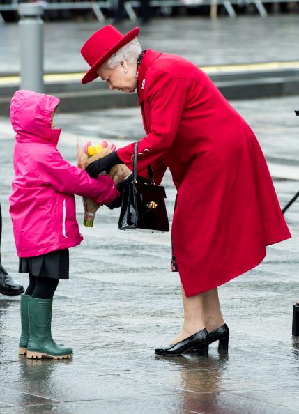 Елизавета II  получает букет цветов во время визита в Гринвич. Фоторепортаж. Фото: Jamie Wiseman/WPA Pool/Getty Images