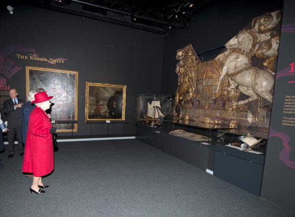 Елизавета II посещает Национальный морской музей в Гринвиче. Фоторепортаж. Фото: Jamie Wiseman/WPA Pool/Getty Images