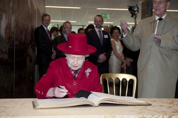 Елизавета II в сопровождении герцога Эдинбургского подписывает книгу посещения Национальныго морского музея в Гринвиче. Фоторепортаж. Фото: Jamie Wiseman/WPA Pool/Getty Images